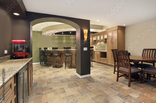 Fotografia  Lower level basement with bar