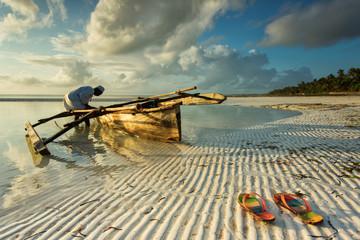 Tradicionalni ribarski brod na Zanzibaru s ljudima koji idu na ribolov