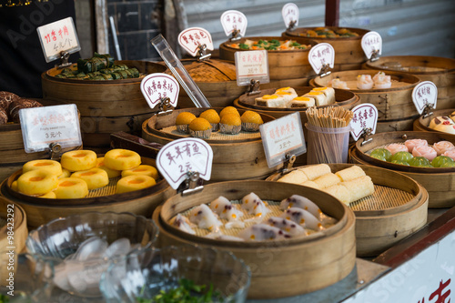 Fotografia  Oriental Asian desserts sold at night street market in  China