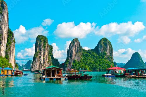Floating village and rock islands, Halong bay, Vietnam Fototapet