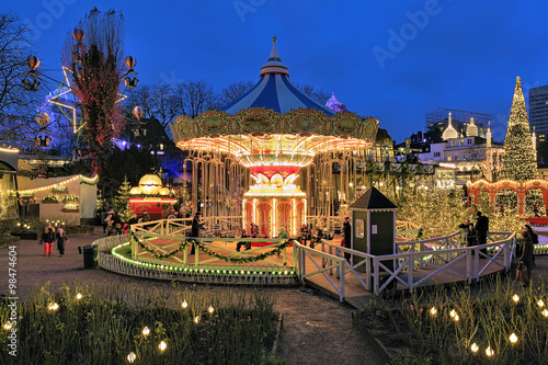 Photo  Evening view of carousel and christmas illumination in Tivoli Gardens in Copenha