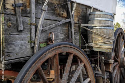 Photographie  Vue de côté de pionnier wagon avec roue et baril d'eau
