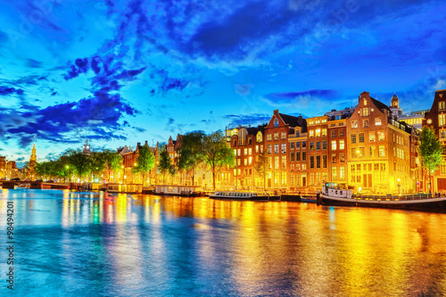 Photo  Famous Amstel river and night view of beautiful Amsterdam city.