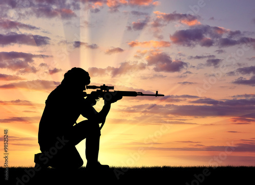 Poster Chasse Silhouette of man with rifle against cloudy sky during sunset