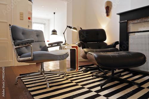 fauteuil design en cuir noir style bauhaus плакат