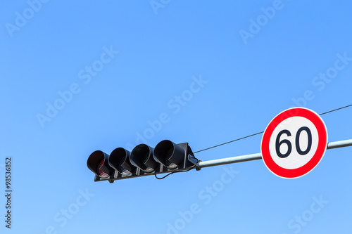 Fotografía  Traffic Light and Speed Limit Sign with Blue Sky