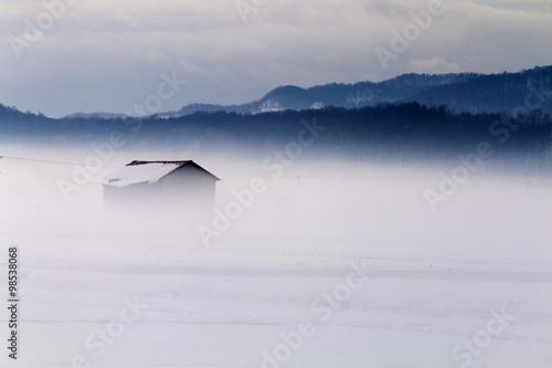 Fotografie, Obraz  朝靄の雪原に一軒家