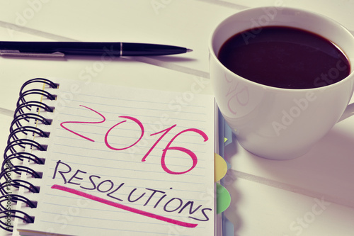 Fotografia  coffee and notepad with the text 2016 resolutions