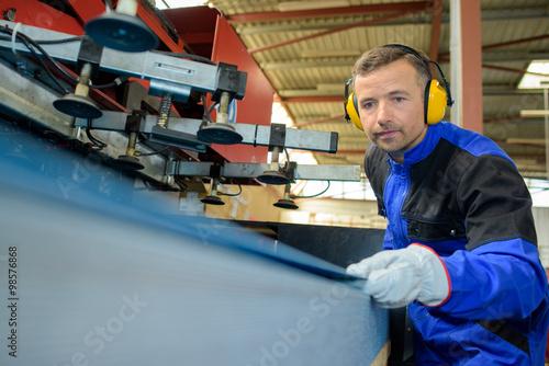 Fotografía  Hombre con maquinaria operativa