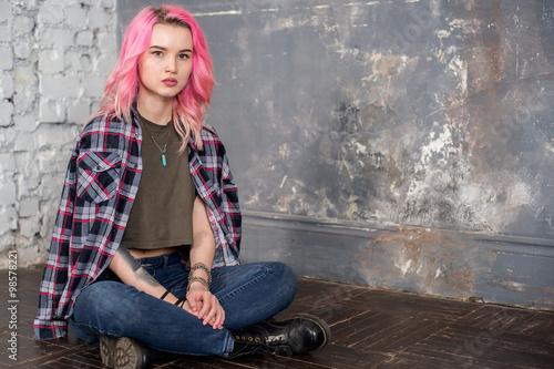 Веб девушка модель с розовыми волосами работа моделью в цимлянск