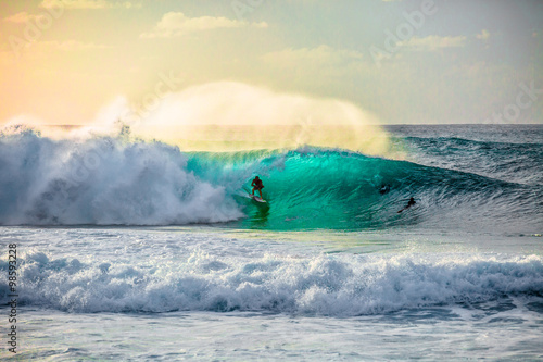 Photo  Surfing waves at Bonzai Pipeline on the North Shore of Oahu, Hawaii