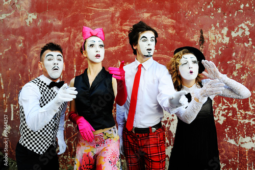 Plakát  mimes depict different emotions