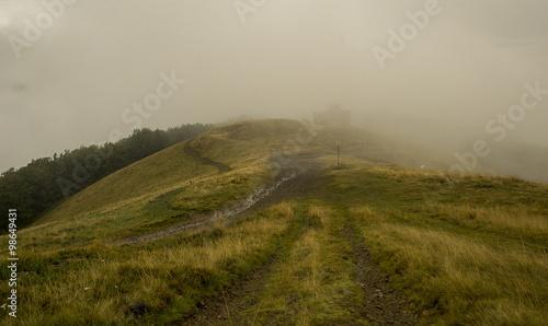 Spoed Foto op Canvas Blauwe hemel Thick white mist in the mountains