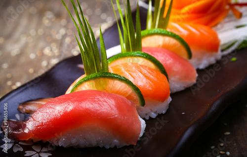 Photo  Japanese Salmon, tuna sushi and sauce closeup