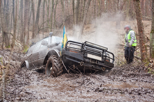 obraz lub plakat Jeep pulls the car out of the mud