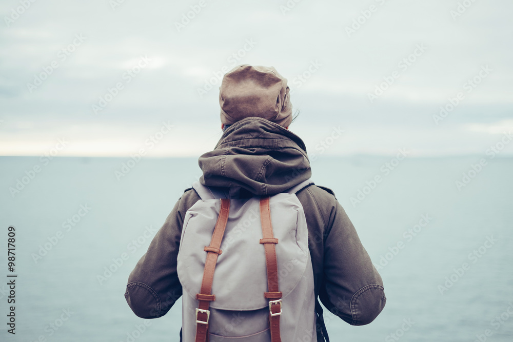 Fototapety, obrazy: Traveler with backpack and sea