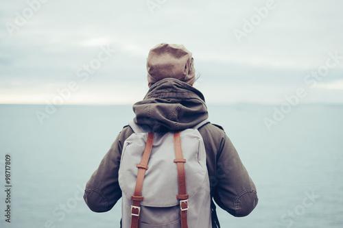 Obraz Traveler with backpack and sea - fototapety do salonu