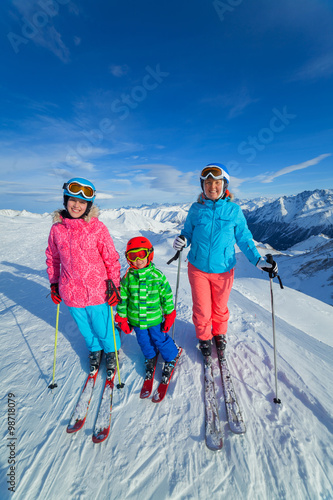 Fotobehang Wintersporten Happy family ski team