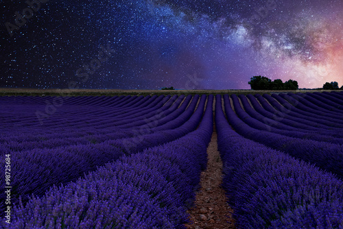 In de dag Nacht beautiful Milky Way above the lavender fields