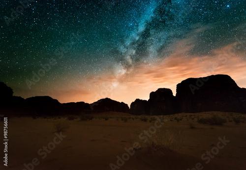 noc-na-pustyni-wadi-rum-jordania