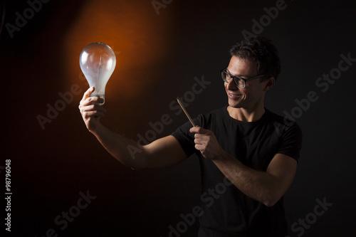 Fotografie, Obraz  Ragazzo indica con una matita una lampada: concetto di idea, innovazione, genial