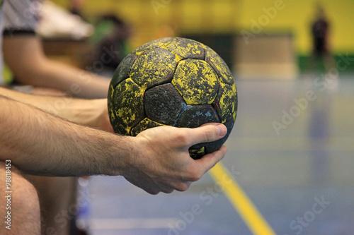 balonmano balón mano jugador sentado en el banquillo 5726-f15