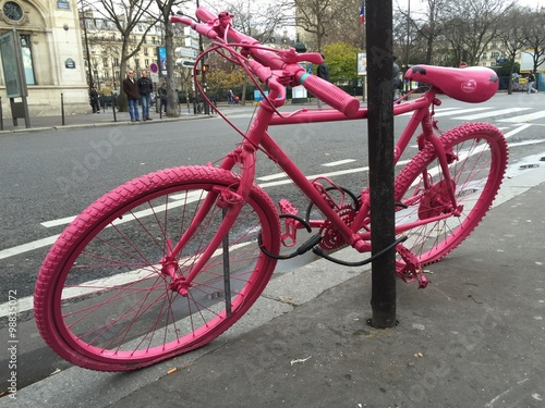 Fotografía  bicicletta rosa in cittá