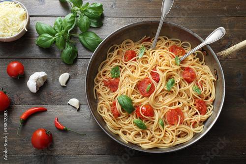 vista dall'alto Pasta italiana spaghetti con pomodoro fresco su sfondo legno rus Fototapet