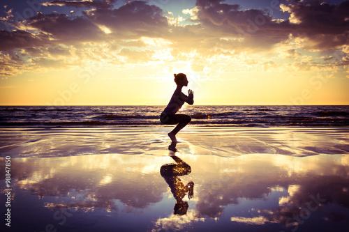 Stampa su Tela  woman practicing yoga
