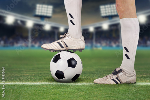 Fußballspieler im Stadion mit Ball