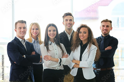 Fotografía Photo of young business people in a conference room