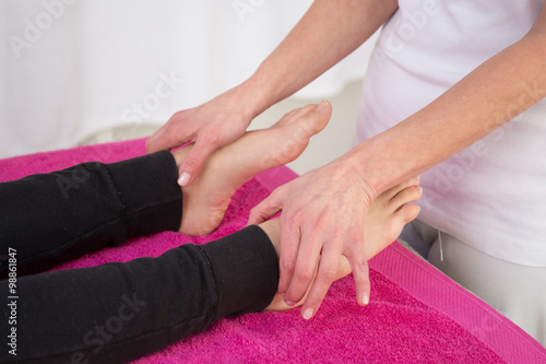 Photo  Close-up of specialist doing reiki treatment to young woman