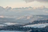 Poranna panorama zaśnieżonych gór Tatry nad Spiszem, Polska - 98867443