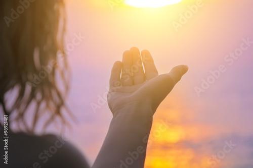 Fotografia  Ciesząc się zachód słońca ocean / morze.