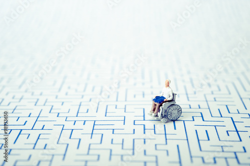 Valokuva  車椅子の高齢者,迷路