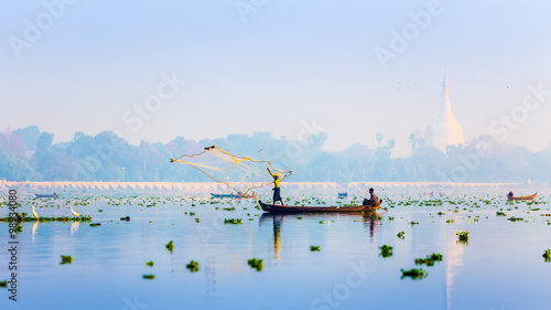 Fotografia MANDALAY - FEB 19 : A man throw net for catching fish in Taungth