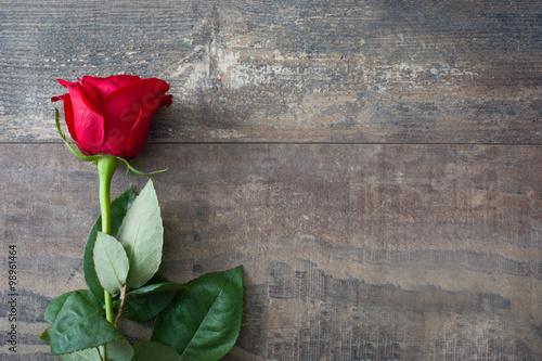 Fototapeta red rose on wood background obraz na płótnie