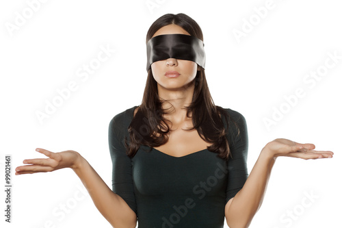 Photo confused blindfolded woman on a white background