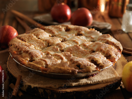 Photo  rustic baked apple pie shot close up with selective focus