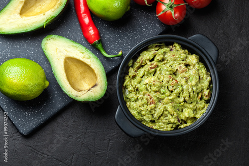 Fotografia  Bowl of guacamole with fresh ingredients