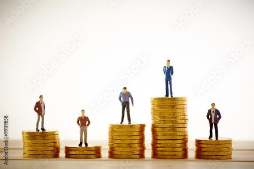 コインの上に立つ人々 Fototapeta
