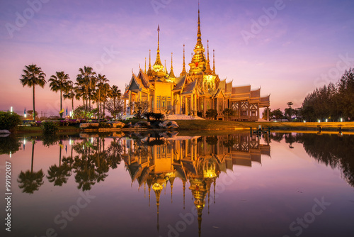 In de dag Bangkok A beautiful temple in reflection in twilight