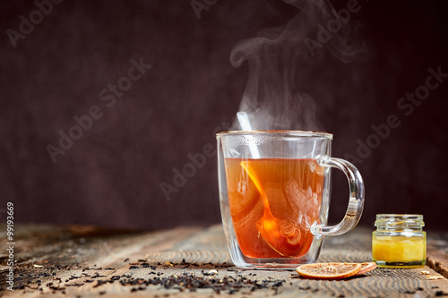Poster Thee Steaming tea and honey on a wooden table