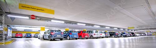 Fototapeta Tiefgarage, besetzte Parkplätze obraz