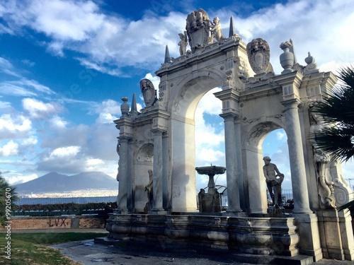 Fényképezés  Napoli, fontana della Immacolatella e Vesuvio