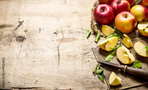 czerwone-jablka-krojone-nozem-wolna-przestrzen