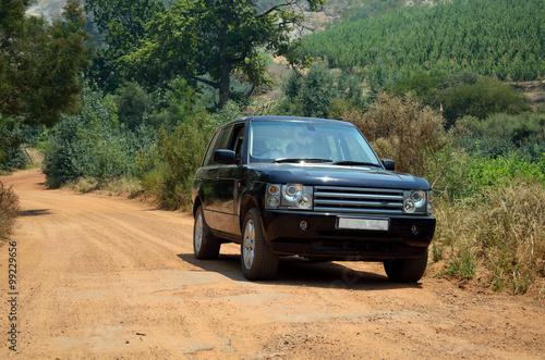 Платно Range rover on a gravel dirt road