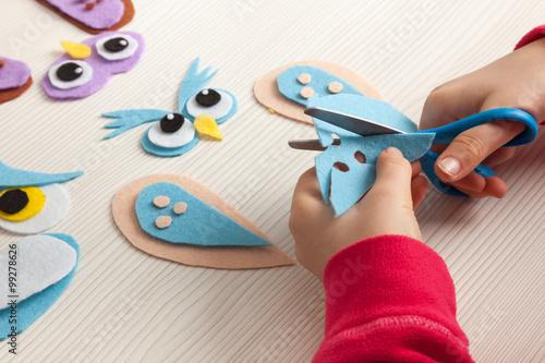 Foto  child cutting felt to make an owl craft
