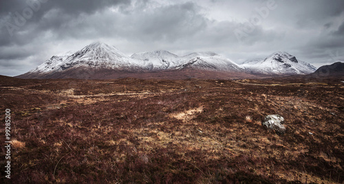 Pinturas sobre lienzo  The Scottish Highlands on a cloudy spring day with snowy Cuillin mountains - Isl