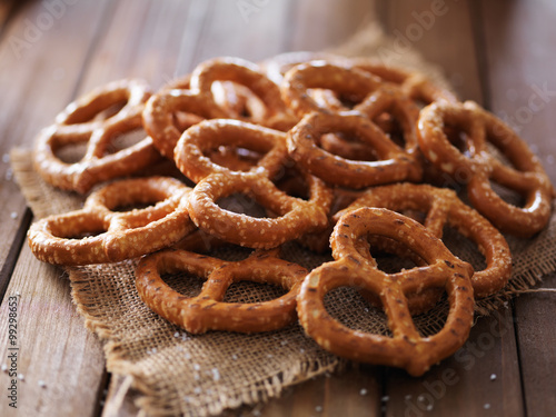 Photo pile of salted pretzels in rustic setting